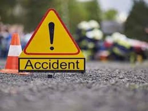 उत्तर प्रदेश: आगरा एक्सप्रेसवे पर कार-ट्रक की टक्कर, पांच लोगों की मौत