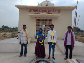 सोशल डिस्टेंसिंग के साथ मंदिर में लगे फेरे - सादे कार्यक्रम में एक दूजे के हुए
