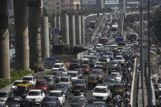 लॉकडाउन से राहत मिलते ही मुंबई में ट्रैफिक जाम, सोशल डिस्टेंसिंग की भी उड़ी धज्जियां