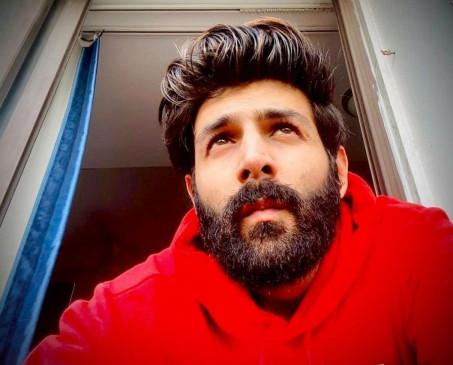 दाढ़ी बुला रही है : कार्तिक आर्यन