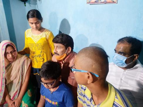बिहार : मनोज तिवारी पहुंचे शहीद के घर, बच्चों की पढ़ाई का जिम्मा लिया