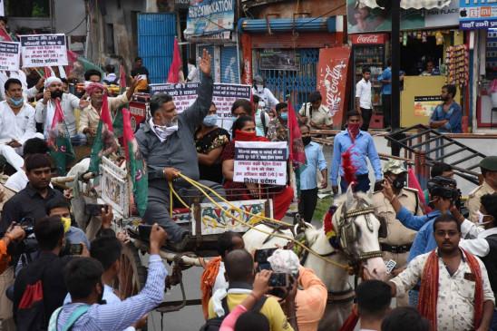 बिहार : पेट्रोल, डीजल मूल्य वृद्घि के खिलाफ पप्पू ने टमटम पर सवार होकर किया प्रदर्शन