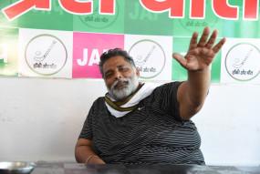 बिहार : पप्पू यादव ने जेसीबी पर सवार होकर चीनी कंपनियों के विज्ञापनों पर कालिख पोती
