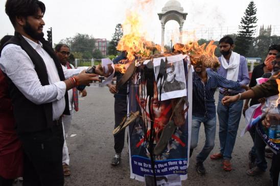 बिहार : जन अधिकार छात्र परिषद ने सलमान खान, करण जौहर का पुतला फूंका