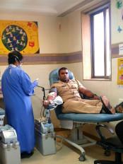 चक्रवात के चलते अस्पताल नहीं पहुंचसका ब्लड तो पुलिसकर्मी ने किया रक्तदान