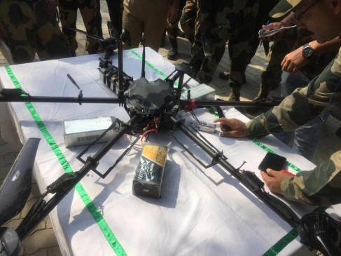 जम्मू-कश्मीर: बीएसएफ ने कठुआ में हथियार ले जा रहे पाकिस्तानी ड्रोन को मार गिराया