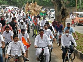 बेंगलुरू में कांग्रेस ने ईंधन के दाम बढ़ने के खिलाफ रैली निकाली