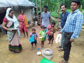खबर का असर - 4 मासूम बच्चों की लाचारी - वनग्राम कुकड़ा पहुंची प्रशासनिक टीम, समाजसेवियों ने भी की मदद