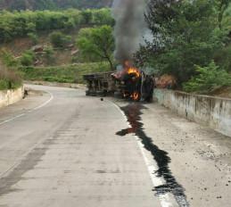 तेज रफ्तार भागते ट्रक में लगी आग, चालक जिंदा जला
