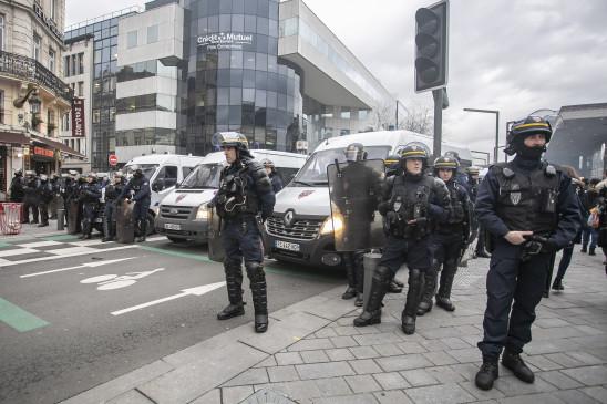 फ्रांस : गैरकानूनी प्रदर्शन हुआ हिंसक, 18 गिरफ्तार