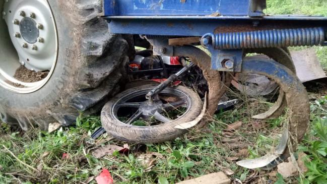 तेज रफ्तार ट्रैक्टर ने बाइक को मारी टक्कर, मां की मौत, बेटा घायल