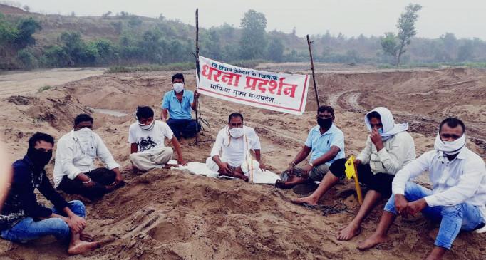 अवैध रेत खनन चरम पर, नदी में बैठे जनपद सदस्य