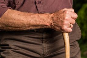 अमानवीयता : अस्पताल में रकम जमा न करने पर बुजुर्ग के हाथ-पैर बांधे