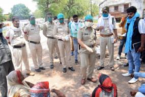 तेंदूपत्ता गोदाम का शेड गिरने से मजदूर की मौत - परिजनों ने लाश लेकर थाने के सामने दिया धरना