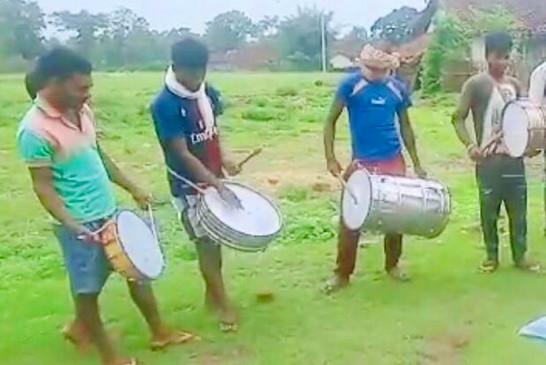 बैंड और ढोल नगाड़ों की आवाज के साथ दवा छिड़काव कर टिड्डी दल को भगाया