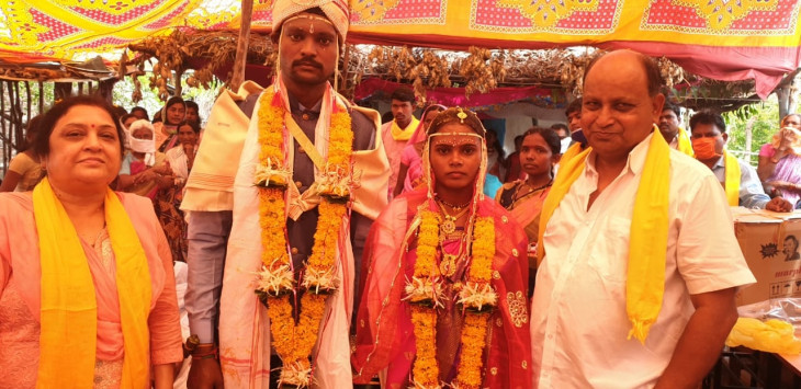 महाराष्ट्र : पिता की मौत बाद खुशी और दुख के बीच आदिवासी लड़की ने रचाई शादी