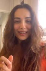 मलाइका अरोड़ा ने पानी पीने का सही तरीका बताया