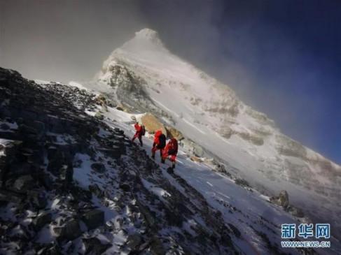 चीनी पर्वतारोहियों ने तोड़ा रिकॉर्ड, एवरेस्ट की 8844.43 मीटर ऊंचाई पर पहुंचा दल