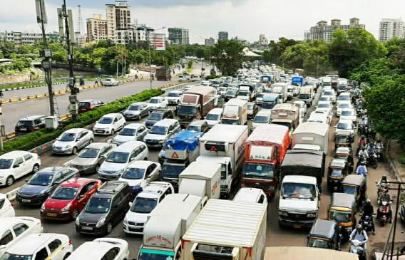 2 किलोमीटर के दायरे की जांच से जाम हुई मुंबई, 7025 वाहन जब्त, विपक्ष ने उठाया सवाल