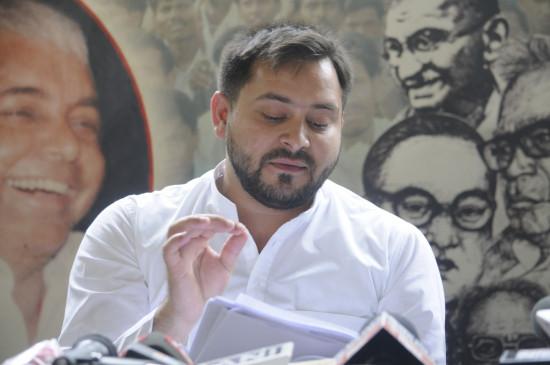 नीतीश ने बिहार के लोगों को मुसीबत की घड़ी में छोड़ दिया : तेजस्वी