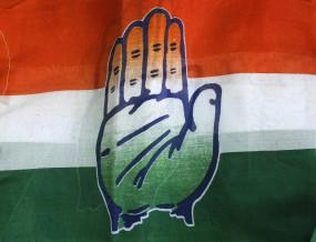 इंदौर में धरना दे रहे कांग्रेस नेताओं से अफसरों ने घुटने के बल बैठकर की बात, गाज गिरी
