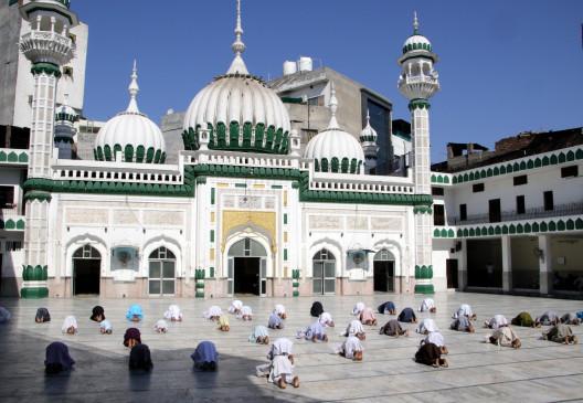 मस्जिदों में 50 फीसदी लोग ही आएं