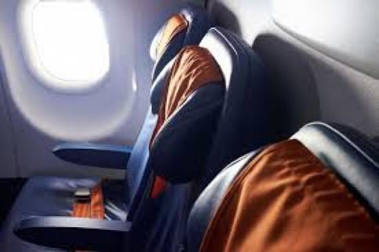 हवाई सफर में बीच वाली सीट वाले यात्री पहन रहे पीपीई किट