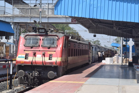 आधी रात को ही स्टेशन पहुुंच गए यात्री - 71 दिन बाद पटरी पर दौड़ी ट्रेनें