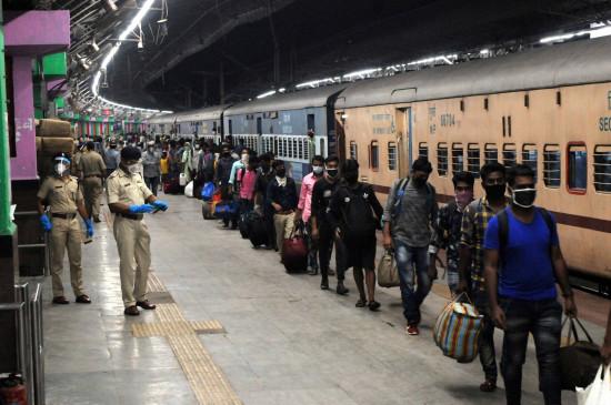 रेलवे ने पिछले 2 दिनों में सिर्फ 56 श्रमिक स्पेशल ट्रेनें चलाईं