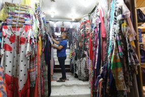 गांधीनगर रेडीमेड गार्मेट मार्केट की दुकानें खुलीं, रौनक गायब