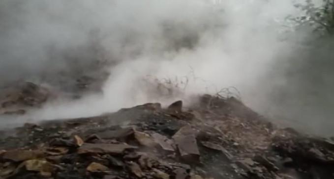 बंद खदान से निकल रहा धुआं, क्षेत्र में फैली दहशत