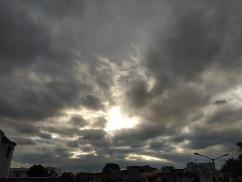 सुबह हल्की फुहार के बाद दिन भर आसमान में छाए रहे बादल
