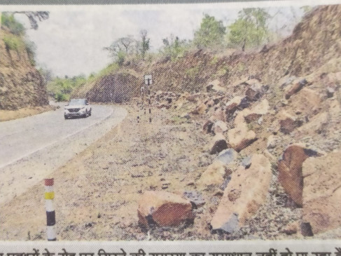 जबलपुर-मण्डला सड़क पर नागाघाटी का पहाड़ फिर धसकने लगा, राहगीरों को खतरा
