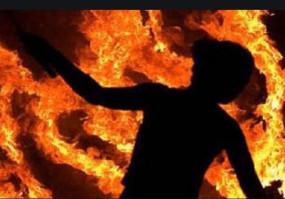 बदमाश ने महिला को पेट्रोल डालकर जिंदा जला दिया -महिला की पकड़ में आने से आरोपी भी झुलसा