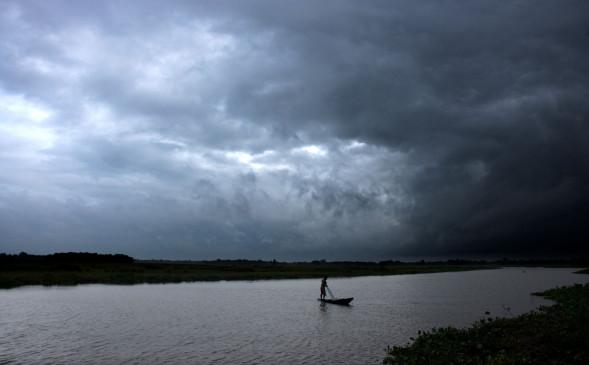 नेपाल में टिप्पर ट्रक नदी में गिरा, 30 लोग लापता