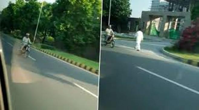 ना'पाक' हरकत: इस्लामाबाद में आईएसआई एजेंट ने बाइक से भारतीय राजनयिक अहलूवालिया की कार का पीछा किया, वीडियो वायरल