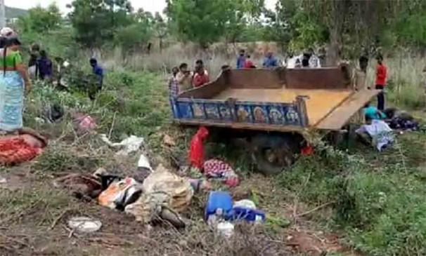 आंध्र में ट्रैक्टर-ट्रक भिड़त, 12 लोगों की मौत