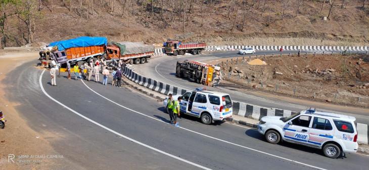 अंधाधुंध चला आ रहा ट्रक डिवाइडर तोड़कर दूसरी ओर खड़े ट्रक से टकराया - दोनों चालकों सहित तीन की मौत
