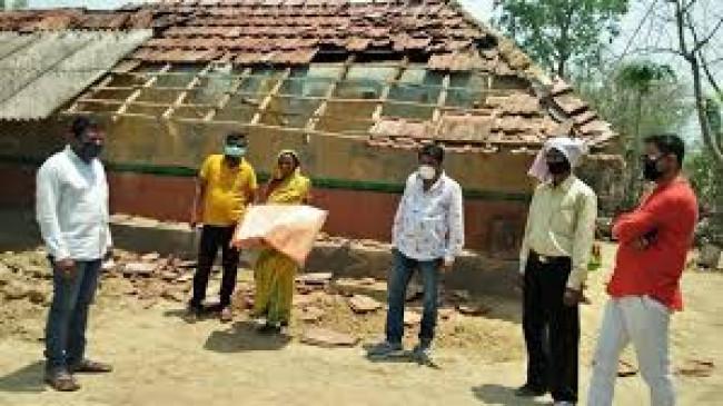 चक्रवात प्रभावित सावरकर के गांव की मदद को आगे आया ट्रस्ट, तूफान से उड़ गई घरों की छतें
