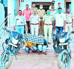घर के सामने से चोरी की मोटरसाइकिल पर घूमने वाले दो आरोपी गिरफ्तार