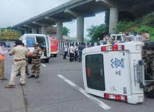 शरद पवार के काफिले का वाहन पलटा, 2 लोग घायल