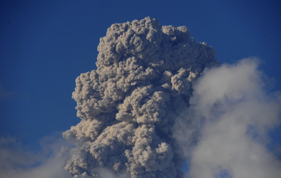 इंडोनेशिया में ज्वालामुखी फटा, उड़ानों को लेकर चेतावनी जारी