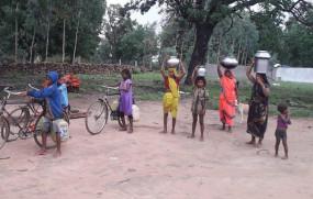 भरी बरसात में पानी की किल्लत से जूझ रहे ग्रामीण -दूर से लाना पड़ता है पानी, एक वर्ष बाद भी नहीं बदला जला मोटर