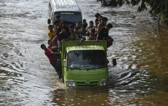 इंडोनेशिया: बाढ़ से करीब 70 लोग लापता, 14 हजार से अधिक विस्थापित