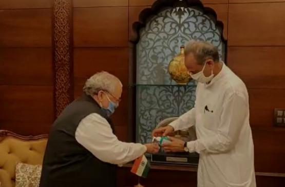 Rajasthan Political Crisis: सीएम गहलोत ने राज्यपाल को सौंपी 102 विधायकों की सूची, सदन में बहुमत साबित करने को तैयार