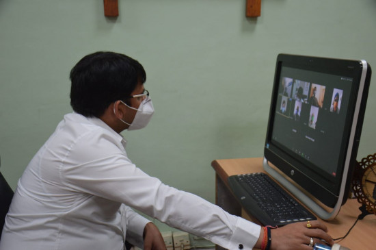 कलेक्टर ने वीडियो कॉलिंग से की कोरोना मरीजों से बात