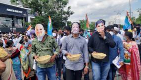 पेट्रोलियम पदार्थों के दाम को लेकर गडकरी के घर के सामने कांग्रेस का प्रदर्शन, मुखौटा पहनकर जताया विरोध