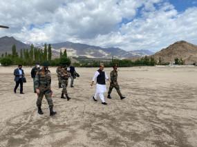 सैन्य तैयारियों का जायजा लेने लद्दाख पहुंचे रक्षामंत्री राजनाथ सिंह