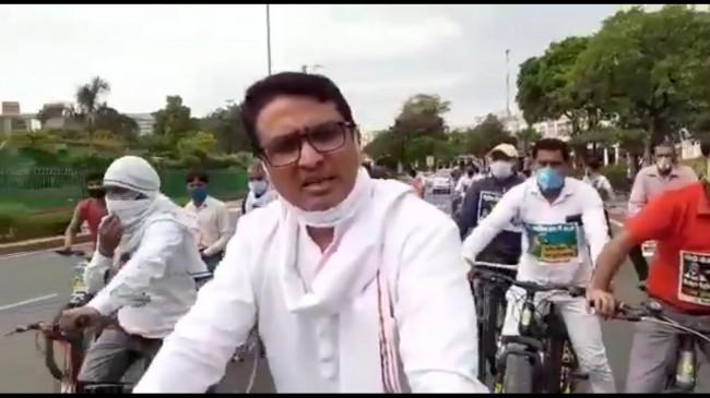 दिल्ली : पेट्रोल-डीजल की कीमतों में वृद्धि के खिलाफ कांग्रेस की साइकिल यात्रा