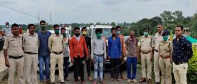 तत्वों ने की फायरिंग - पुलिस ने आठ आरोपियों को किया गिरफ्तार , रेत पर कब्जा का भी संदेह